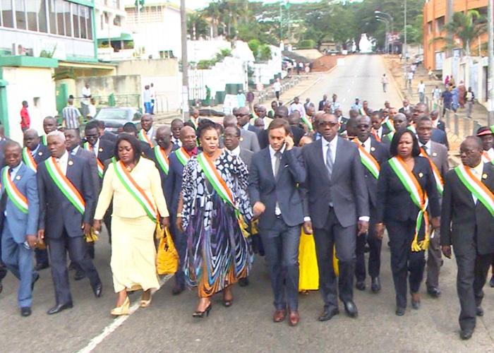 Des députés ivoiriens dans la rue pour rendre hommage aux victimes des attentats de Paris
