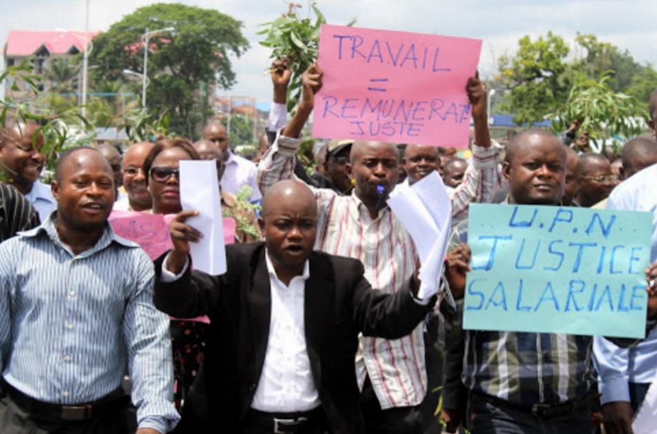 Marche de protestation de scientifiques de l'Enseignement Supérieur, Universitaire et Recherche Scientifique le 10/04/2013 à Kinshasa, exigeant l'augmentation de salaire et la mécanisation des assistants.