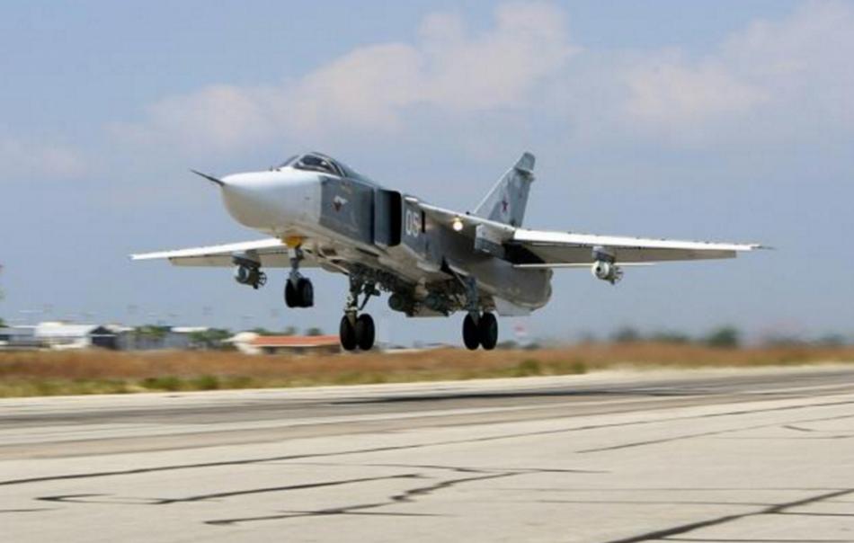 Un bombardier russe Sukhoi Su-24 décolle de la base aérienne de Hmeimim, dans la province de Lattaquié, en Syrie, le 3 octobre 2015|AFP