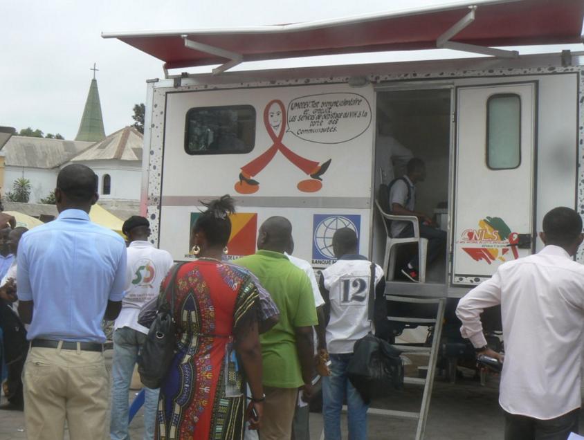 Séance de dépistage volontaire effectué par l'unité mobile du CNLS en collaboration avec l'UFPA