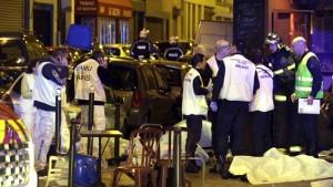 Dix-huit personnes sont mortes dans des fusillades et des explosions qui ont eu lieu vendredi soir à Paris, dont ce restaurant du Xème arrondissemnt, et près du stade de France © REUTERS/Philippe Wojazer