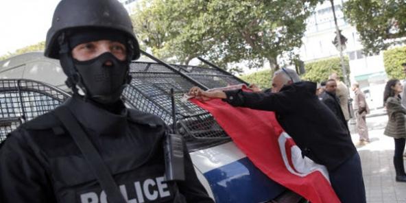 Un policier tunisien, le 20 mars 2015 à Tunis. © Christophe Ena/AP/SIPA