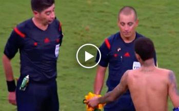 En vidéo: l'arbitre de Brésil-Pérou refuse le maillot de Neymar