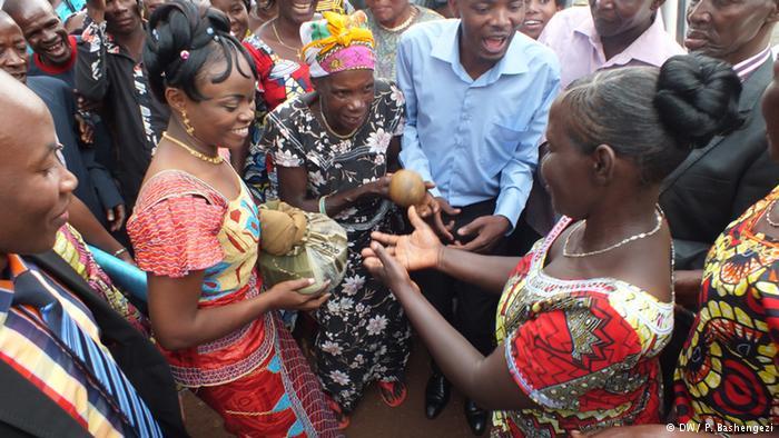 Bernardine offre un présent à sa future belle-mère|© dw