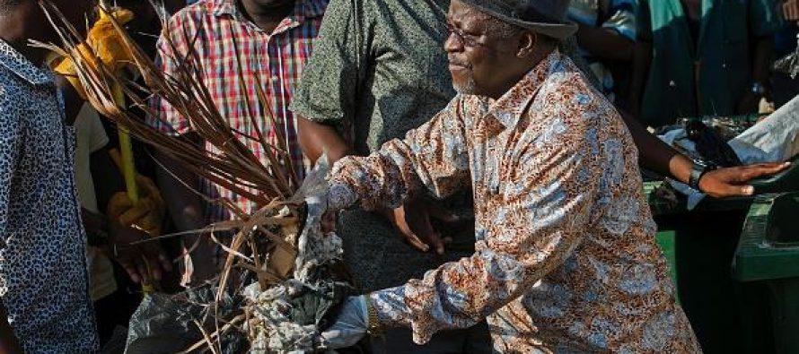 Le président tanzanien est en train de ramasser des ordures le jour de l'indépendance