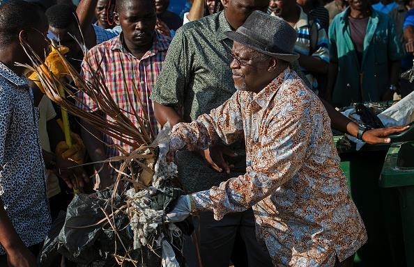 Le président tanzanien John Magufuli est en train de ramasser des ordures le jour de l'indépendance| BBC