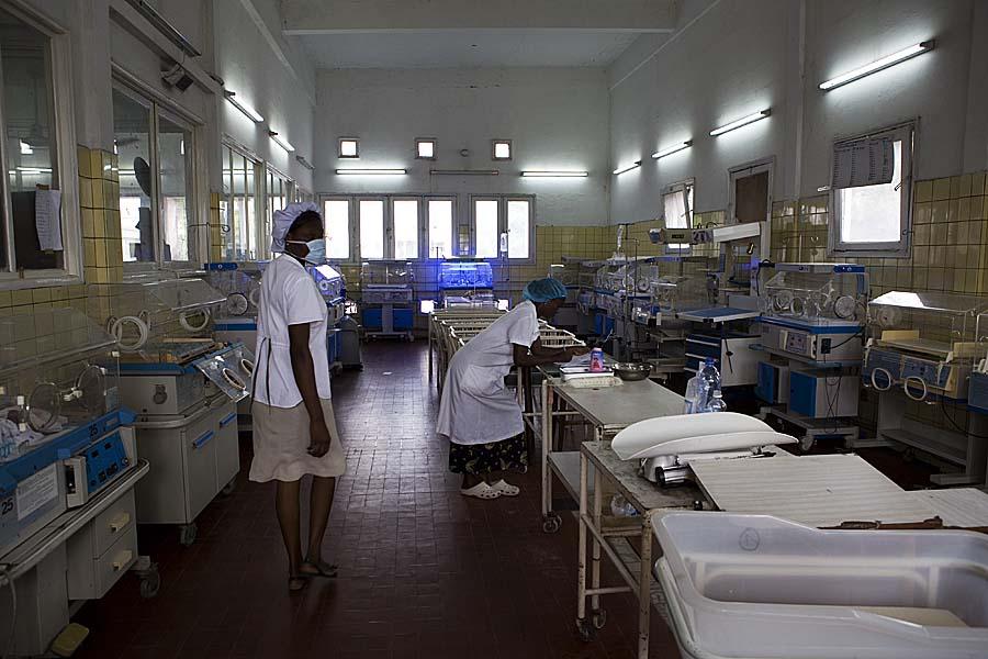 Hôpital Provincial Général de Référence de Kinshasa, Maternité, Salle pour les enfants nés prématurés qui sont sous respiration d'oxygène. | ©OMS-Harandane Dicko - Octobre 2013.