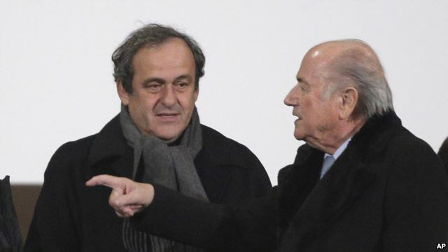 Michel Platini et Sepp Blatter, le 16 décembre 2014. (AP Photo/Christophe Ena, file)