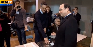 VIDÉO - Régionales : le petit fail de François Hollande au moment de mettre son bulletin dans l'urne