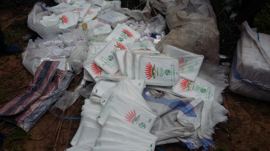 Saisis auprès des commerçants lors d'une opération de contrôle menée récemment, plus d'un million de sachets ont été incinérés le 10 décembre à 45km de Brazzaville, par le ministère du Commerce.