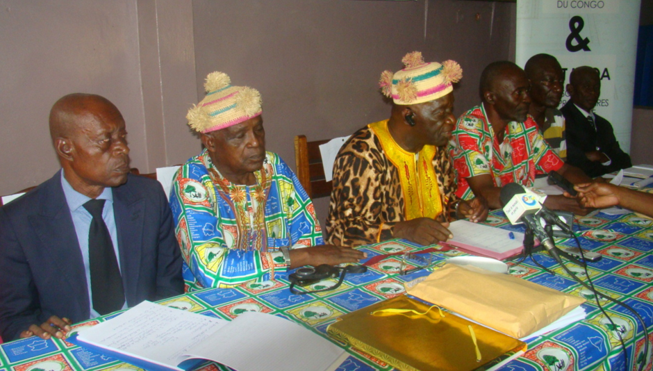 Aristide Mampouya en tenue traditionnelle animant la conférence de presse; les autres membres de la FTC ; crédit photo Adiac