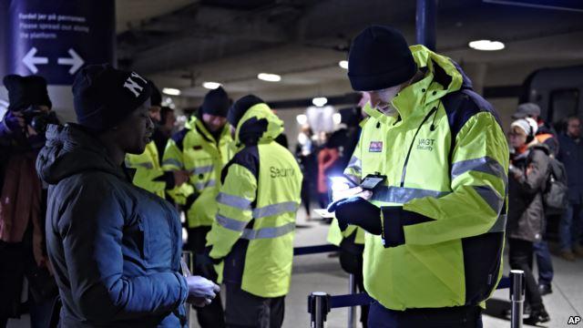 Contrôle d'identité à Copenhague pour empêcher les migrants illégaux d'entrer en Suède, le 4 janvier 2016.