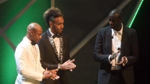 Yaya Touré (d), capitaine de la Côte d'Ivoire, lors de la cérémonie désignant le Joueur africain 2015, le 7 janvier 2015 à Abuja|AFP