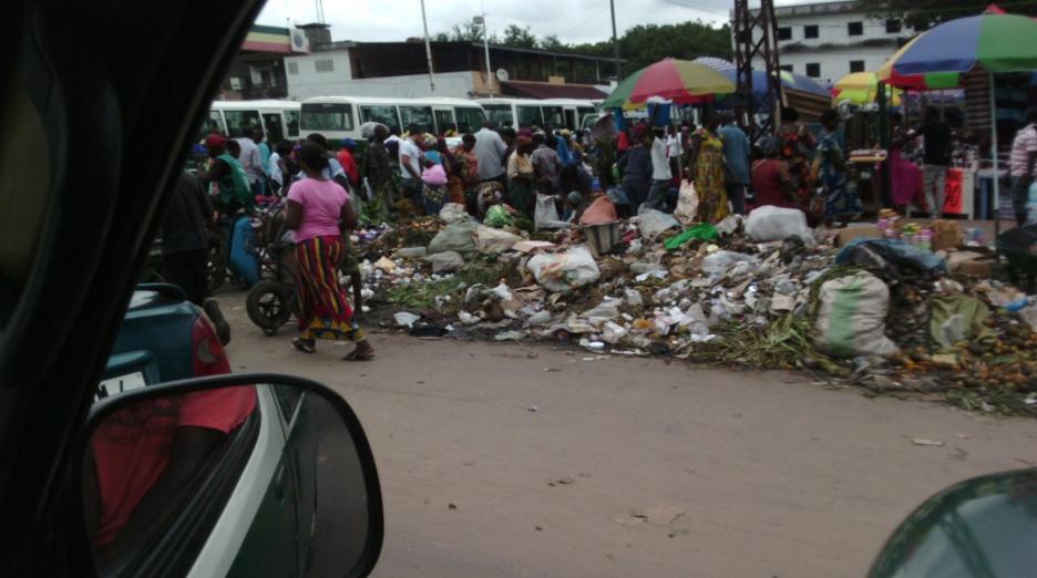 Image d'archive|Salubrité publique: triste spectacle au marché Total de Bacongo