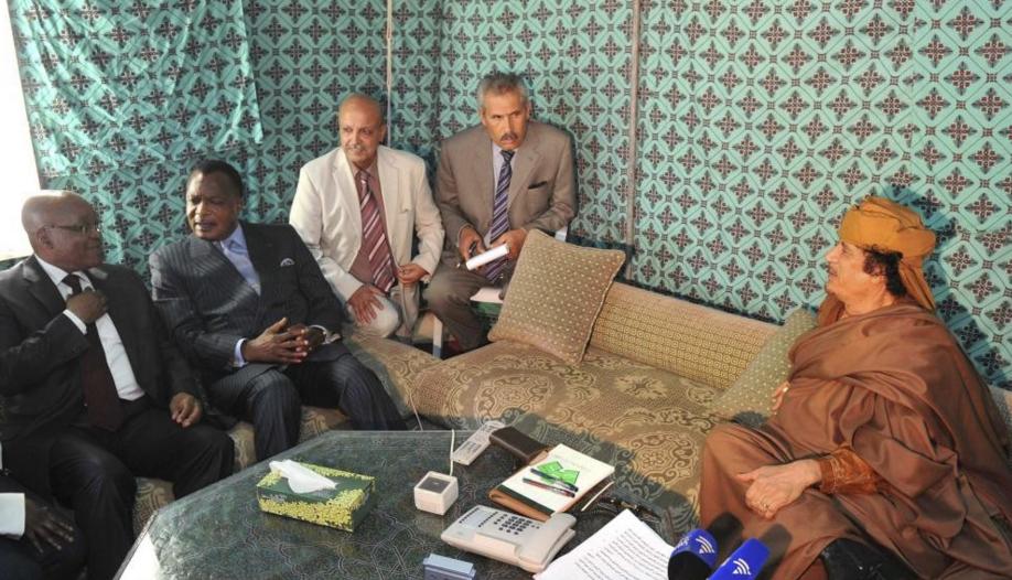 Mouammar Kadhafi (d) reçoit dans sa tente des membres de la délégation de l'Union africaine. A ses côtés sur la photo, le président sud-africain Jacob Zuma (g) et congolais Denis Sassou Nguesso (2e à g). © REUTERS