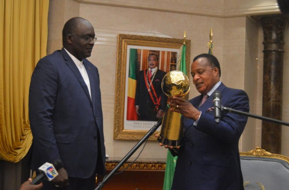 Denis Sassou N'Guesso remettant un des trophées au dirigent de la Cahb Crédit photo Adia