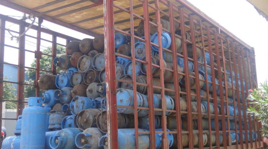 Vue de bouteilles de gaz saisies par les services du commerce
