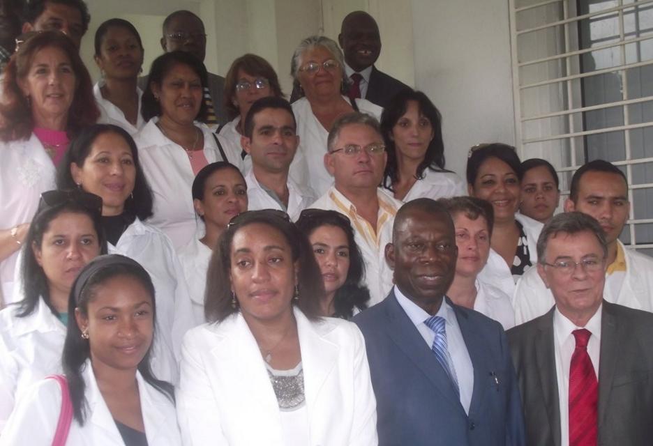François Ibovi et Manuel Serrano Acosta posant avec les 18 médecins cubains; crédit photo Manga