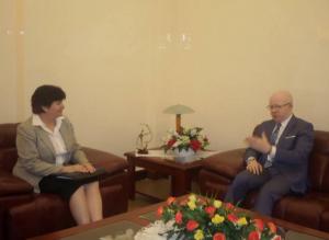 Le ministre Thierry Moungalla s'entretenant avec Stephanie Sullivan