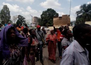 Les membres du Collectif des pigistes, stagiaires et bénévoles (CPSB) du ministère de la Communication ont manifesté jeudi devant le ministère de la Fonction publique à Brazzaville|Facebook