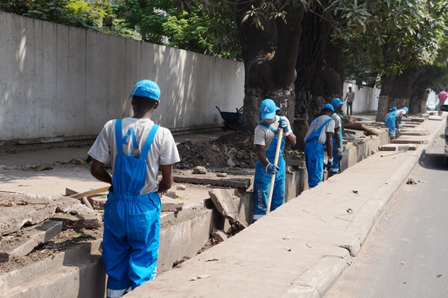 Curage d'un caniveau au centre-ville de Brazzaville par les ouvriers de la société Averda