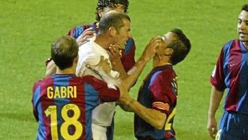 La confrontation a eu lieu lors de la saison 2002-2003, lors d'un Clasico très tendu au stade Bernabeu.