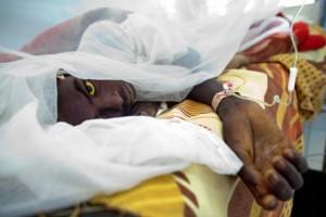 (Photo d'illustration) Une patiente qui reçoit un traitement après avoir été atteinte de la fièvre jaune au Darfour.|AFP