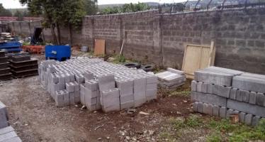 Congo – Dolisie : deux co-épouses aident leur mari polygame à fabriquer des briques