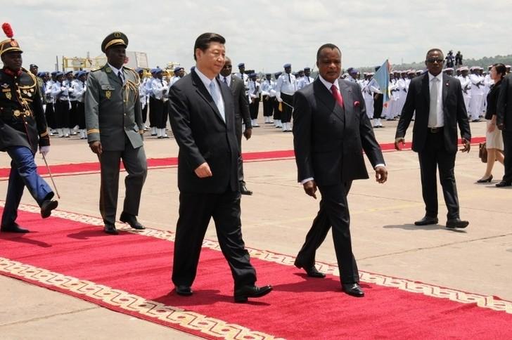 Le president Denis Sassou Nguesso accueille le président chinois à son arrivée à Brazzaville le 29 mars. (Laudes Martial Mbon/AFP)