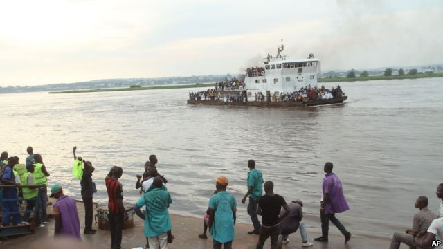 Un bateau arrive à Kinshasa, le 29 avril 2014. (AP Photo/John Bompengo)