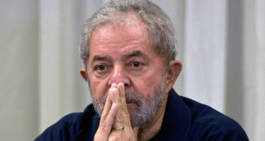 L'ex-président brésilien, Lula quitte le commissariat après un interrogatoire dans une enquête pour corruption
