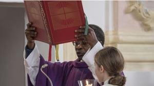 Le prêtre Olivier Ndjimbi-Tshiende
