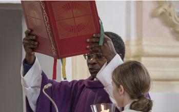 Allemagne: le prêtre congolais Olivier Ndjimbi-Tshiende a démissionné après des attaques racistes