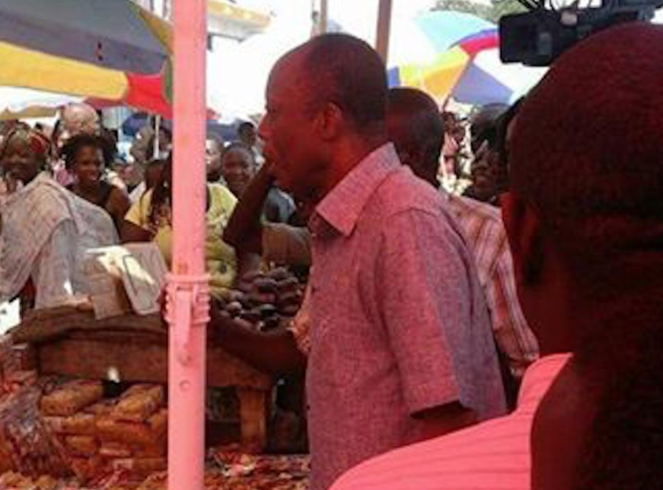 """Jean-Marie Michel Mokoko """"mouille la chemise"""" au Marché Total de Bacongo"""