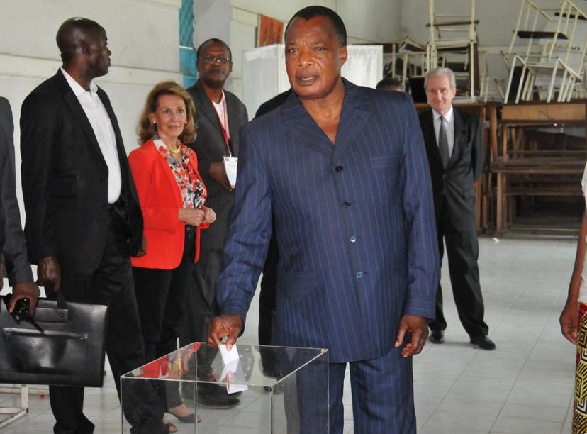 Le président congolais Denis Sassou Nguessou dépose son bulletin dans l'urne le 20 Mars à Brazzaville