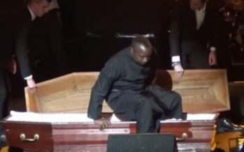 Cameroun: le chanteur Petit-Pays fête ses 30 ans de musique dans un cercueil