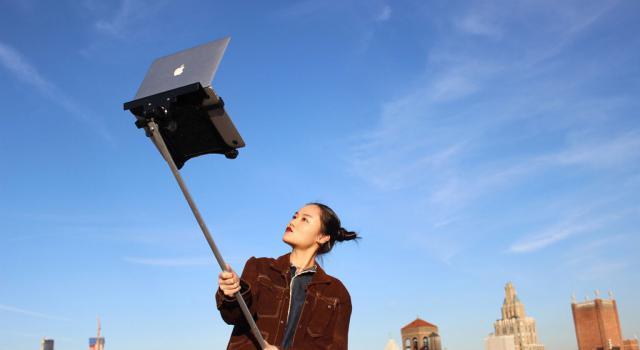 selfie stick pour portable (Image: macbookselfiestick.com)