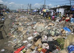 """Les vendeurs du marché Fond Tié-Tié installés non loin de la poubelle Crédit photo""""Adiac"""""""