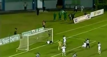 VIDEO – Un kiné brésilien arrête un but et s'enfuit du stade