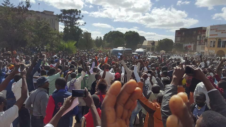 Moïse Katumbi se présente à la justice avec des centaines de partisans