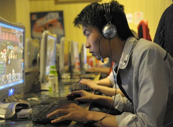 Il s'appelle Li Meng. Il est Chinois. Et il vit depuis six ans dans un cybercafé.