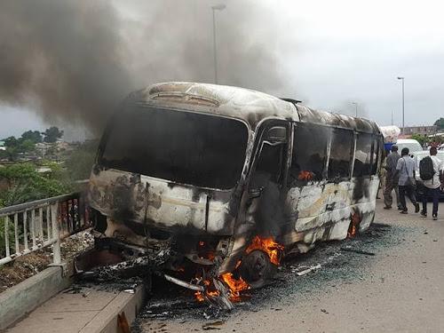 Un bus Esprit de vie brulé sur le pont Malelele par la population. Radio Okapi/Ph. Caniche Mukongo