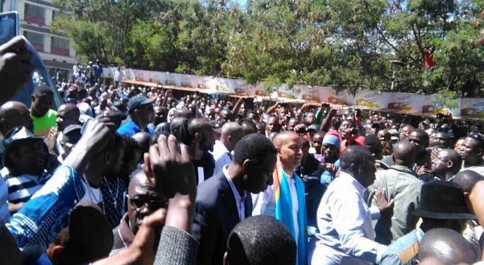 M. Katumbi, tout de blanc vêtu avec une écharpe aux couleurs du drapeau de la RDC