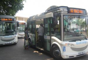 Des bus électriques stationnés à la gare