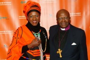La révérende Mpho Tutu (g) et son père l'ancien archevêque anglican Desmond Tutu, le 27 février 2014 à New York |