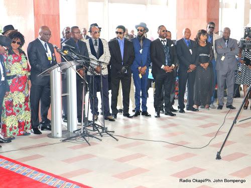 Des musiciens congolais rendant le dernier hommage à Papa Wemba au Palais du peuple, siège du parlement à Kinshasa, le 02/05/2016