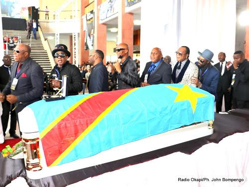 Des musiciens congolais rendant le dernier hommage à Papa Wemba au Palais du peuple, siège du parlement à Kinshasa, le 02/05/2016.