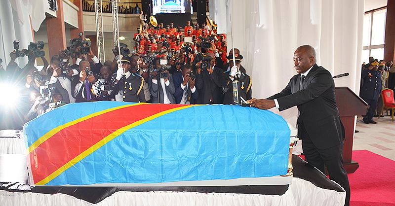 «Nous vous élevons à titre posthume à la dignité du grand officier de l'ordre national héros nationaux Kabila-Lumumba pour vos mérites, vos loyaux et éminents services rendus à la nation congolaise », a déclaré Joseph Kabila lors d'une cérémonie officielle organisée lundi 2 mai au Palais du peuple à Kinshasa.