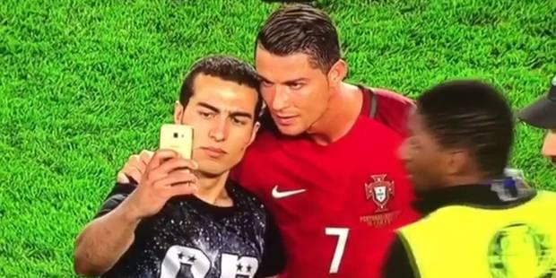 Un fan du Portugal est entré sur la pelouse à la fin du match contre l'Autriche (0-0) et a réussi à prendre un selfie avec le triple Ballon d'Or Cristiano Ronaldo, qui a patienté pendant que ce supporter réglait son téléphone, avant d'être raccompagné, pleurant de joie, par les stadiers, samedi au Parc des Princes.  Dans un Euro-2016 marqué par les débordements de fans en tout genre, la scène a fait plaisir à voir. Le crack du Real Madrid a patienté gentiment quand ce fan transi avait visiblement des problèmes pour régler son téléphone. Il s'est même laissé embrasser sur la joue par l'adolescent. Les stadiers ont patiemment attendu avant le raccompagner, le fan laissant couler ses larmes d'émotion.