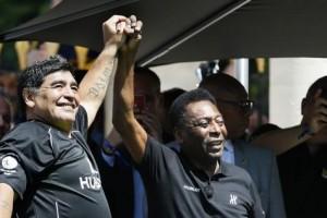 Pelé et Maradona s'affrontent dans un match à Paris la veille de l'Euro 2016| AFP